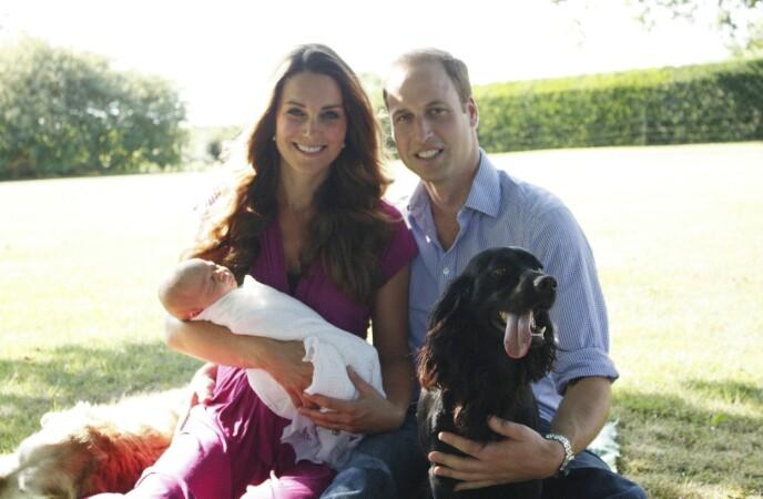 2013: Her er hunden sammen med hertugfamilien etter prins Georges fødsel i 2013. Foto: Michael Middleton / REX / NTB