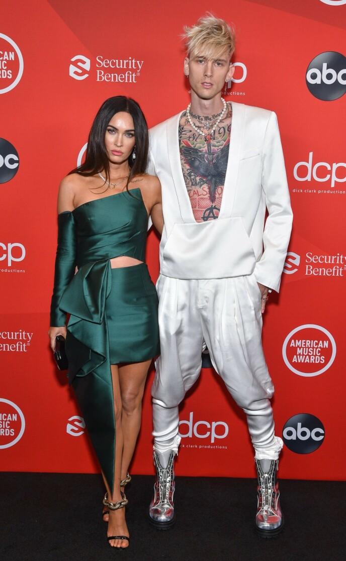 FØRSTE GANG: Natt til mandag viste Megan Fox og Machine Gun Kelly seg for første gang sammen på den røde løperen. Foto: AFP/ABC/NTB