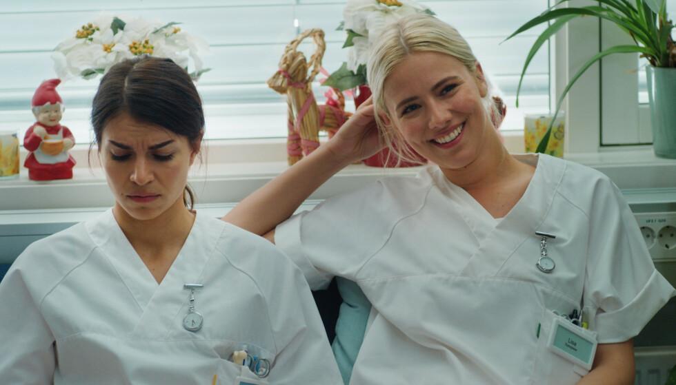 SYKEPLEIERE: Ida Elise Broch og Dagny Norvoll Sandvik som henholdsvis Johanne og Lisa. Foto: Netflix