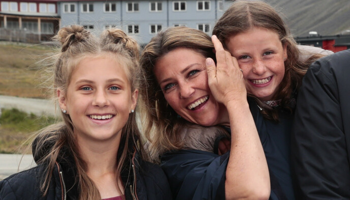 GODT FORHOLD: Prinsesse Märtha Louise og de tre døtrene skal ha et svært tett forhold. Her avbildet med Leah Isadora og Emma Tallulah Behn. Foto: Lise Åserud / NTB