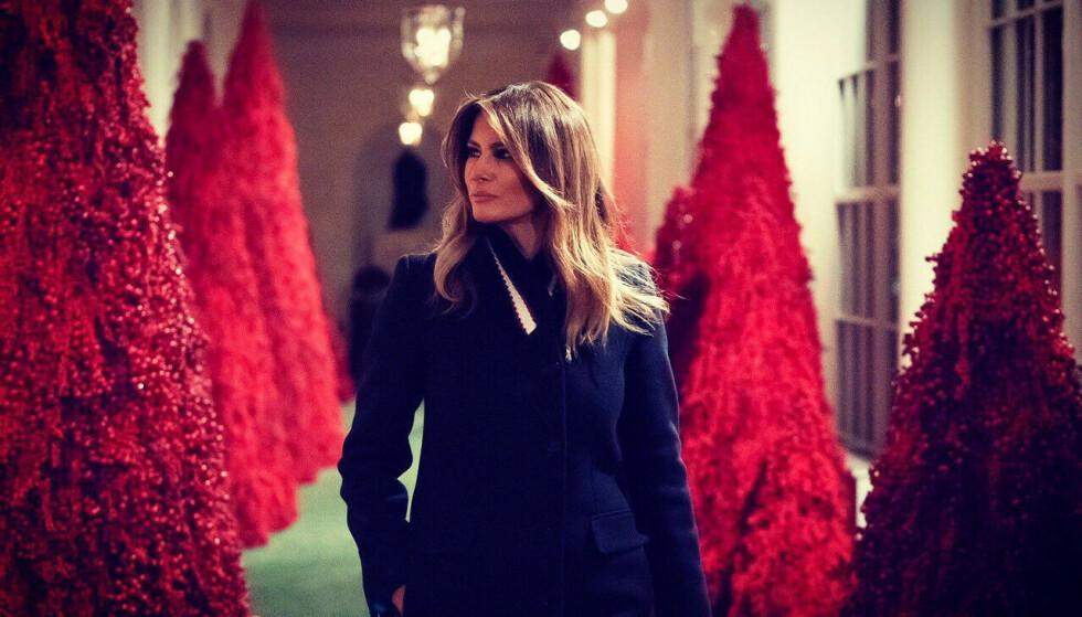 EGET DESIGN: Det hvite hus ble pyntet med røde trær. Det fikk førstedamen kritikk for. Foto: Twitter / Melania Trump