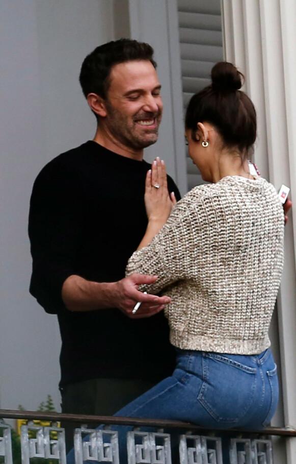 FORLOVET?: Flere klør seg i hodet over ringen Ana de Armas har plassert på ringfingeren sin. Om det har noe med filmen de spiller inn sammen eller om de faktisk har forlovet seg, er foreløpig ukjent. Foto: Mega / NTB