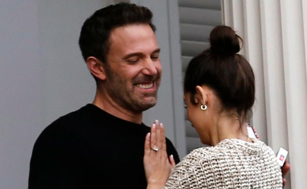SPESIELL DETALJ: Ringen på fingeren til Ben Afflecks kjæreste Ana de Armas, har fått nettet til å koke. Foto: Mega / NTB