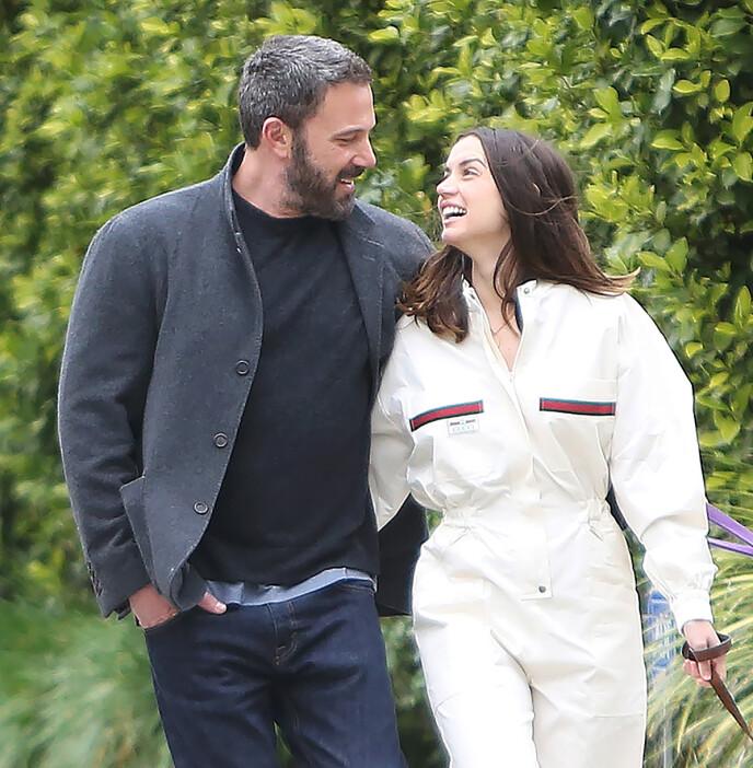 TURTELDUER: Ben Affleck og Ana de Armas har blitt observert en rekke ganger siden romanseryktene begynte å svirre. Her er de avbildet i april. Foto: Splash News / NTB