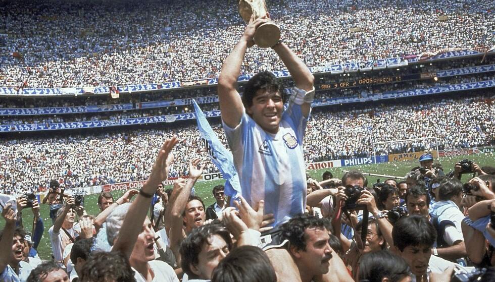 HYLLET: Her løfter Maradona verdensmestertrofeet i 1986 etter at Argentina vant 3 - 2 over Vest-Tyskland på Atzeca Stadium in Mexico City. Foto: AP Photo/Carlo Fumagalli, File/NTB