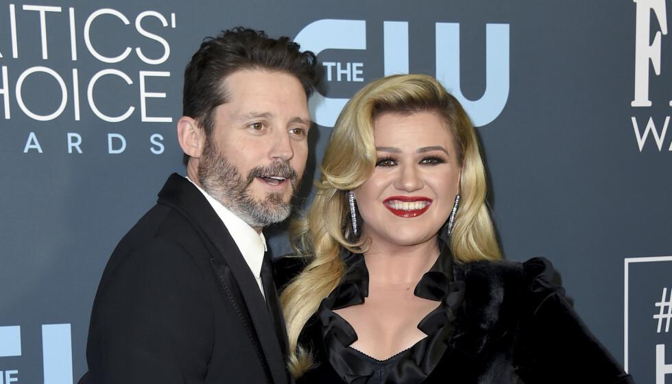 SLUTT: Dette bildet er tatt av Brandon Blackstock og Kelly Clarkson under årets Critics' Choice Awards som ble holdt i Los Angeles i januar. Foto: Jordan Strauss/Invision/AP/NTB