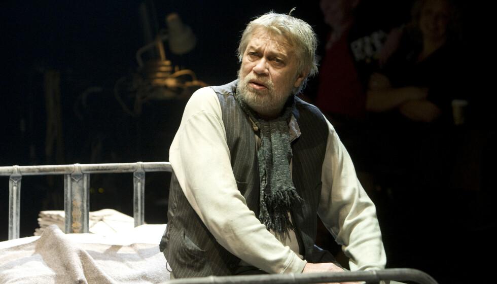 DØD: Skuespiller Nils Sletta er død. Han ble 77 år gammel. Her er han avbildet på scenen i teaterstykket «Vaktmesteren». Foto: Morten Holm / NTB