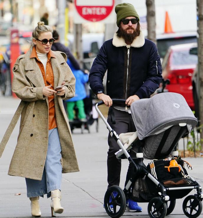 UTE PÅ TRILLETUR: Her er Kate Hudson og Danny Fujikawa ute på en trilletur med datteren Rani i fjor. Foto: Jackson Lee / Splash News / NTB