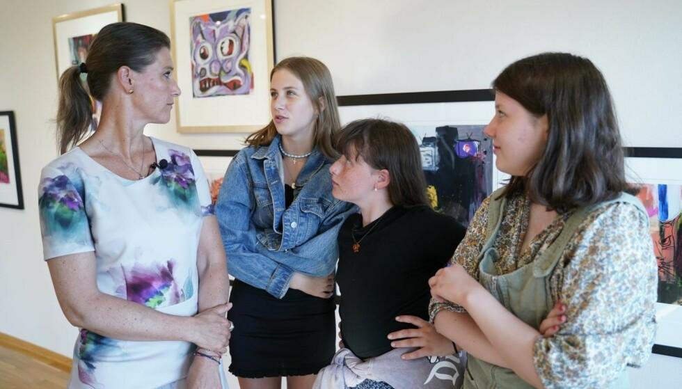 UTSTILLING: Märtha Louise og de tre døtrene Leah Isadoah, Emma Tallulah og Maud Angelic under utstillingen av Ari Behns verker i sommer. Foto: Fredrik Hagen/NTB