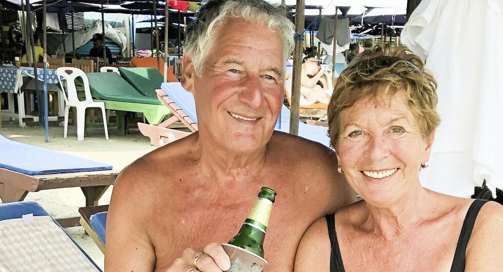 FERIEMINNER: Ian og kona Ranveig var på ferie i Thailand da han plutselig ble truffet i brystet av en bølge. Resultatet ble store hevelser og smerter, men Lillehammer-mannen tenkte ikke mer over det da problemet forsvant. Foto: Privat