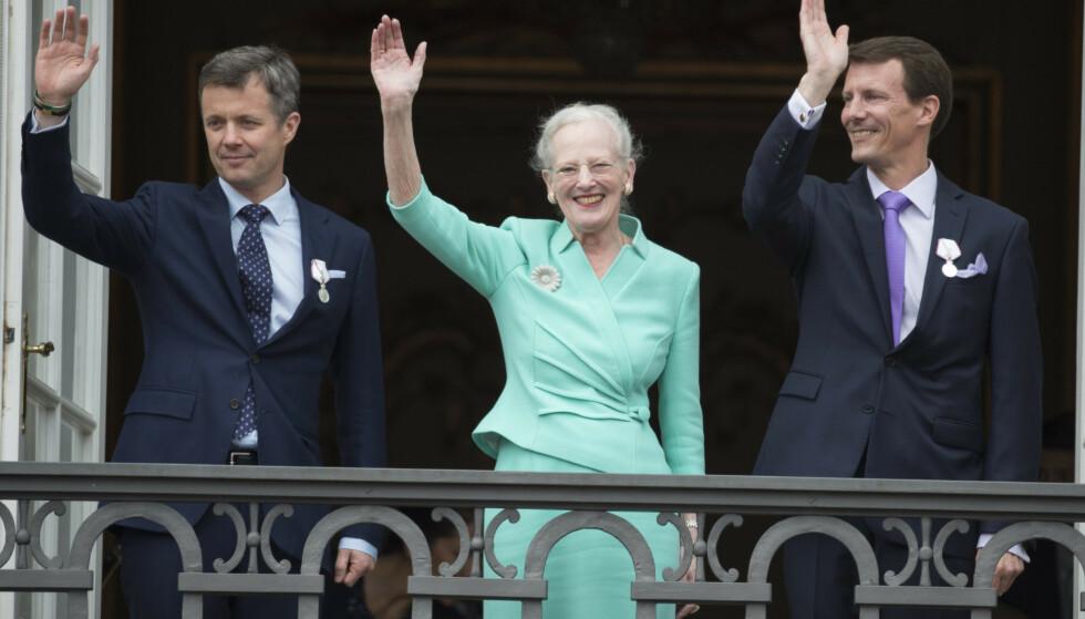 ANNERLEDES JUL: På grunn av pandemien får ikke dronning Margrethe feiret jul med begge sønnene i år. Her sammen med kronprins Frederik og prins Joachim i 2015. Foto: Tim Rooke / REX / NTB