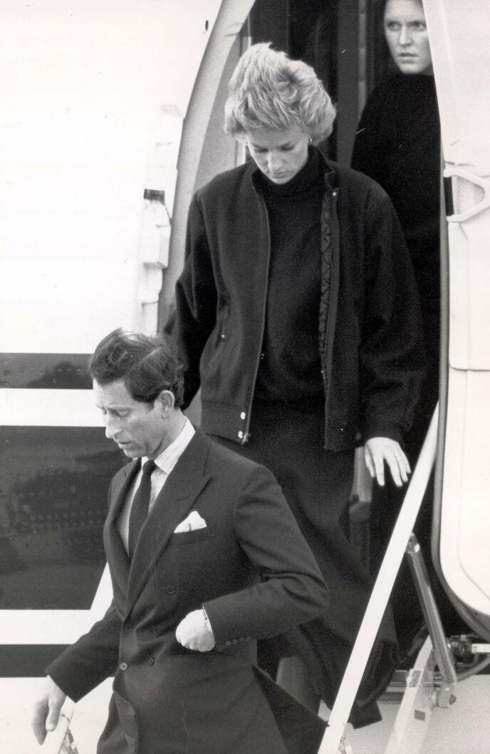KOM HJEM: Prins Charles, prinsesse Diana og Sarah Ferguson da de kom hjem fra Sveits i 1988 - med én person mindre i vennegjengen. Foto: Graham Trott / Daily Mail / REX / NTB