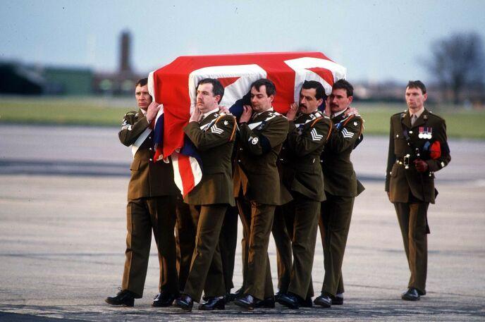 BÅRET HJEM: Slik så det ut da major Hugh Lindsay ble fraktet tilbake til Storbritannia i mars 1988. Foto: Nils Jorgensen / REX / NTB