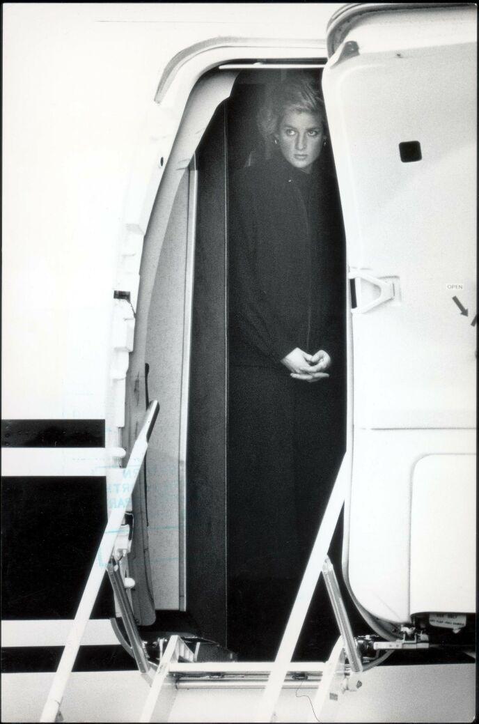 I SORG: Det var en sorgtynget prinsesse Diana som sammen med resten av følget landet på flyplassen i London i 1988. Foto: Graham Trott / Daily Mail / REX / NTB