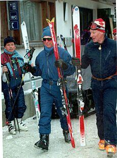 PÅ SKI: Her er prins Charles og den nære vennen Charles Palmer-Tomkinson i Klosters i 1997. Foto: Mike Forster / REX / NTB