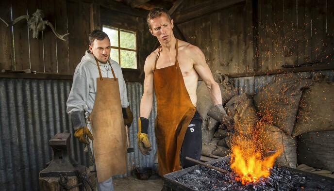 TIL VALLHALL: «Og slik smir du ditt helt egne vikingsverd», sa kanskje Frank Løke til Dennis Vareide under «Farmen kjendis» i 2018. Foto: TV 2