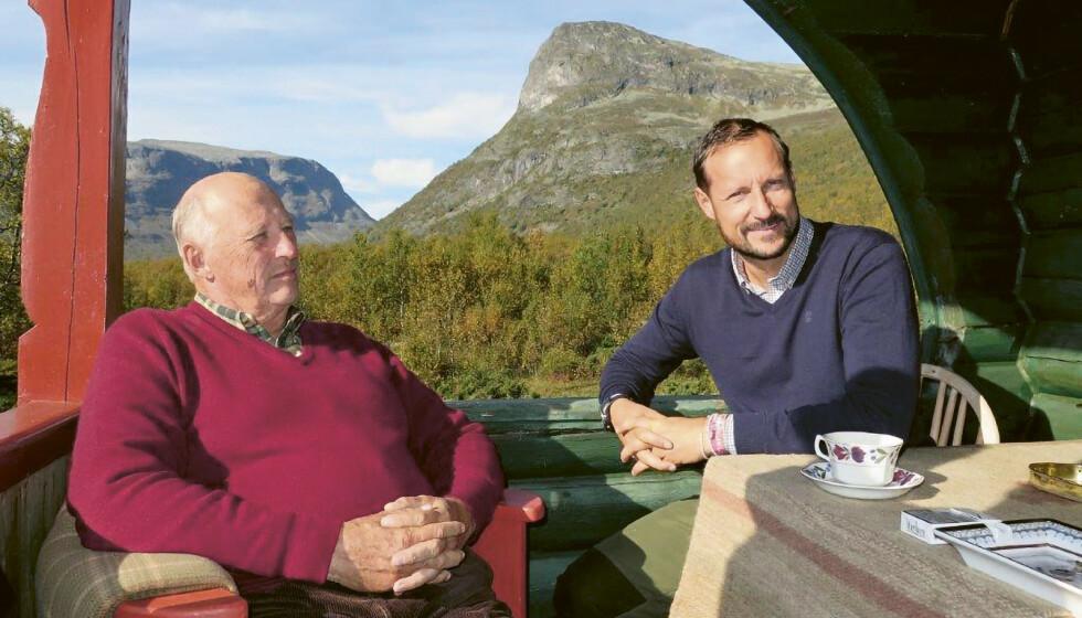 DELER TANKER: Kronprins Haakon deler åpenhjertig tankene sine rundt å bli Norges neste konge. Her er han avbildet med faren sin kong Harald. Foto: Dronning Sonja / Kagge forlag / NTB