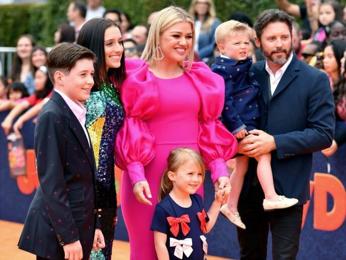 DELT OMSORG: Kelly Clarkson får ha barna Remington Alexander Blackstock (4) og River Rose Blackstock (6) boende hos seg. Her med eksmannen og hans barn Savannah (18) og Seth (13). Foto: NTB