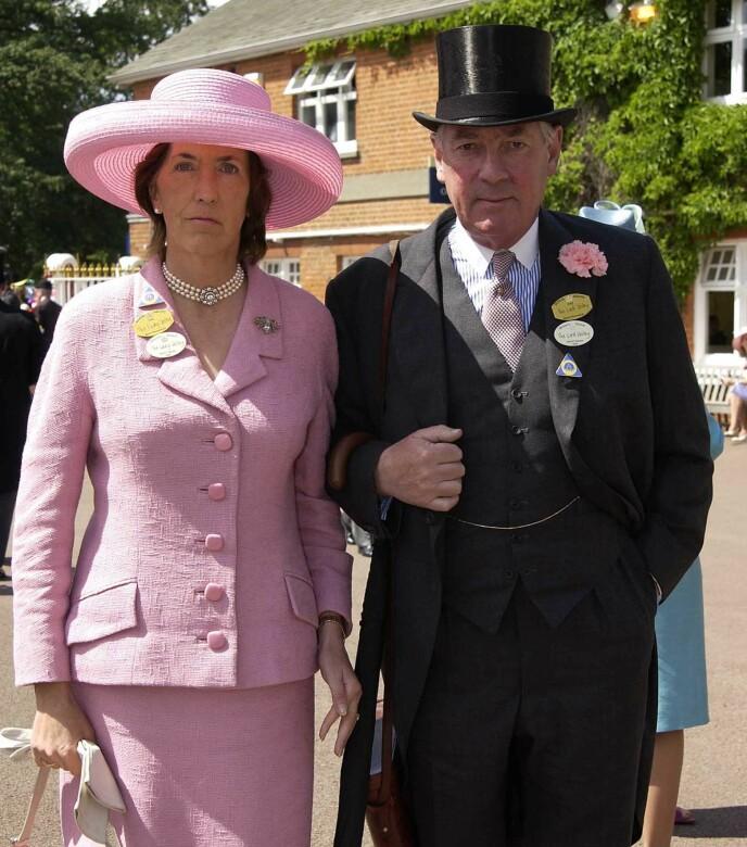 HAR GÅTT BORT: Her er Lady Celia Vestey avbildet med ektemannen Lord Samuel Vestey i 2002 under Royal Ascot. Foto: Alan Davidson / REX / NTB