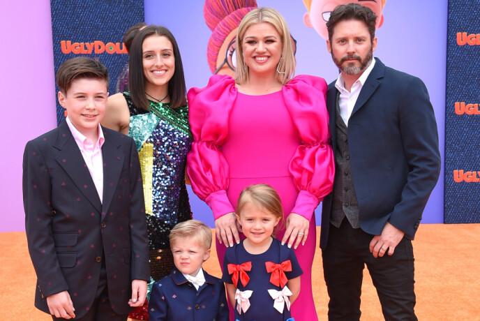 VANSKELIG BRUDD: Stemning mellom Kelly Clarkson og Brandon Blackstock skal ikke være av det beste slaget for tiden. Her med barna Seth, Savannah, Remington og River på filmpremieren av «Ugly Dolls» i Los Angeles i fjor. Foto: NTB