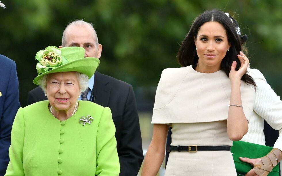TYVERI: Dronning Elizabeth har fått frastjålet flere eiendeler. Disse har senere blitt solgt på nettet. Her avbildet med hertuginne Meghan ute på oppdrag sommeren 2018. Foto: Tim Rooke/ REX/ NTB