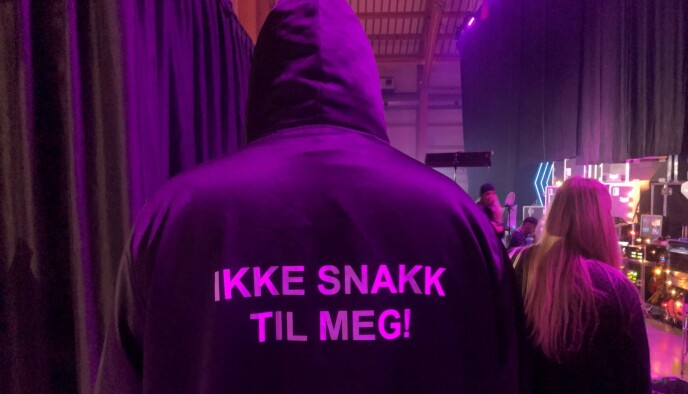 BACKSTAGE: Denne kappen får alle deltakerne når de går bak scenen. Foto: Tonje Bergmo/NRK