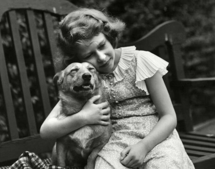 VOKSTE OPP MED HUNDER: Her er dronning Elizabeth med sin corgi i 1936. Foto: Historia/REX/NTB