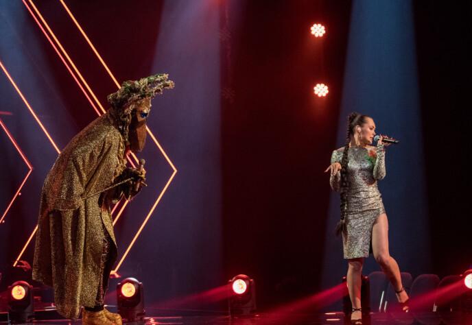 SHOWET: «Elgen» og Raylee leverte en energisk Talking Heads-duett. Foto: Julia Marie Naglestad/ NRK