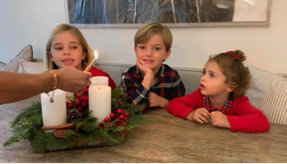 JULESTEMNING: Leonore (6), Nicolas (4) og Adrienne (2) feirer advendssøndag. Foto: Christopher O'Neill / Kungahuset / Facebook