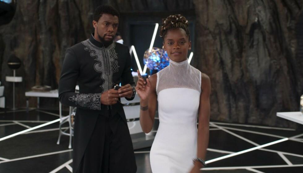 I BRÅK: Letitia Wright er kjent fra Marvel-filmene, særlig «Black Panther»-delen av universet. Nå er hun i såpass hardt vær at hun har bestemt seg for å slette sosiale medier. Her fotografert med avdøde Chadwick Boseman. Foto: Marvel/ Disney/ Kobal/ REX/ NTB