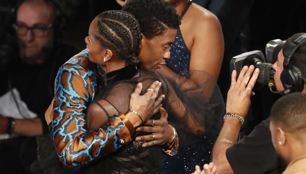 DØD: Chadwick Boseman gikk bort i august, 43 år gammel. Han og Wright spilte sammen i Marvel-filmene. Her fotografert midt i en klem under en prisutdeling i mars 2019. Foto: Mario Anzuoni/ Reuters/ NTB