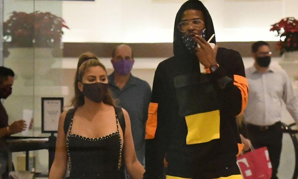 KJÆRLIGE: Larsa Pippen og Malik Beasley gikk gjennom shoppingsenteret hånd i hånd. Bildene får flere til å se rødt. Foto: Mega/ NTB