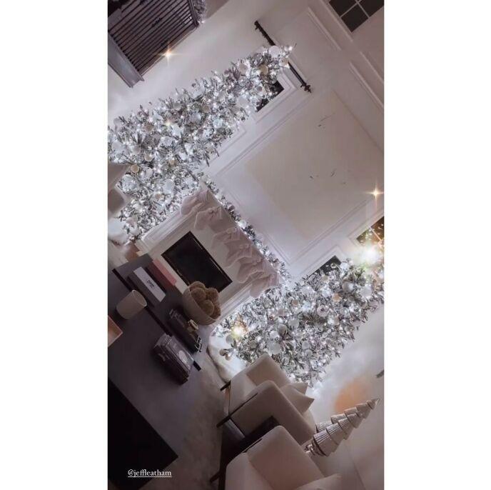 PROFESJONELT: Khloé fikk hjelp av en designer til å skape drømmejulen. Foto: Skjermdump/Instagram Khloé Kardashian