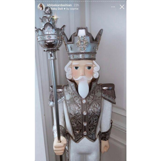 NØTTEKNEKKER: Denne statuen kledd i matchende uniform med krone og stav pryder Khloés hus. Foto: Skjermpdump/ Instagram Khloé Kardashian