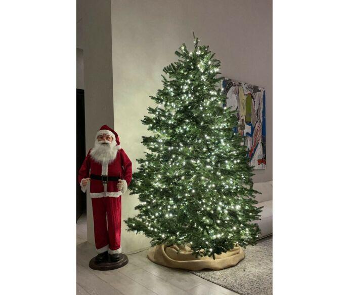 STATUE: Ved siden av «Poosh»-gründerens juletre vokter en julenisse. Foto: Skjermdump/Instagram Kourtney Kardashian