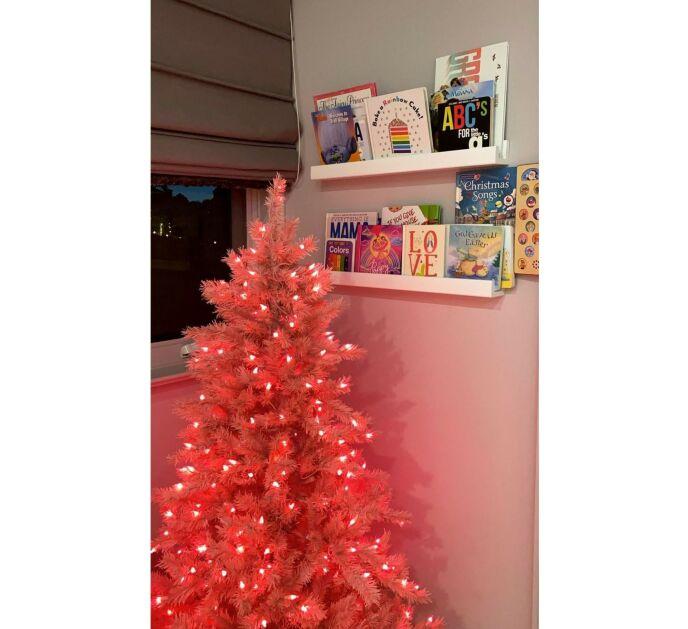 STORMI: Kylies datter, Stormi, fikk sitt eget rosa juletre på soverommet. Foto: Skjermdump/Instagram Kylie Jenner
