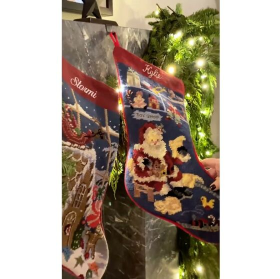 JULESTRØMPE: «Kylie Cosmetics»-gründeren skaffet matchende julestrømper med datteren på to år. Foto: Skjermdump/Instagram Kylie Jenner