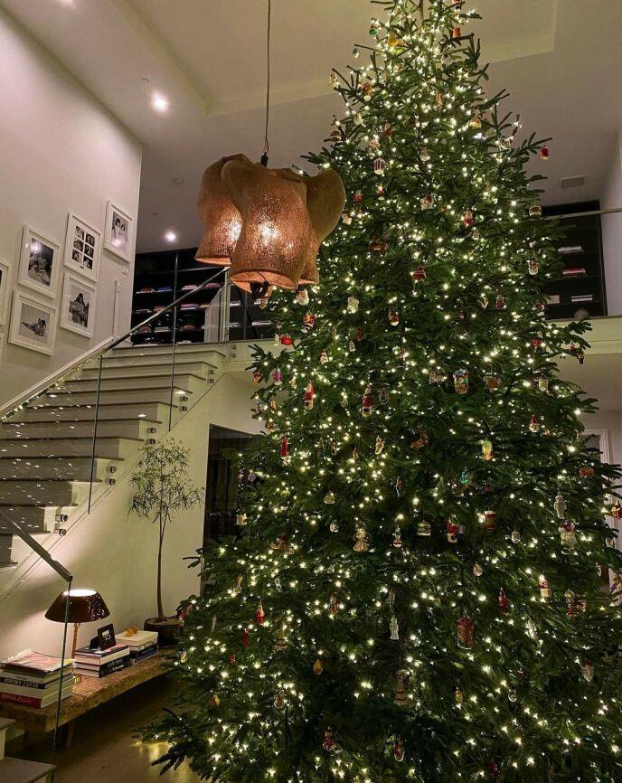 TAKHØYDE: Kylies juletre rekker tilsynelatende helt opp til taket, og dekket i lys og ornamenter. Foto: Skjermdump/Instagram Kylie Jenner