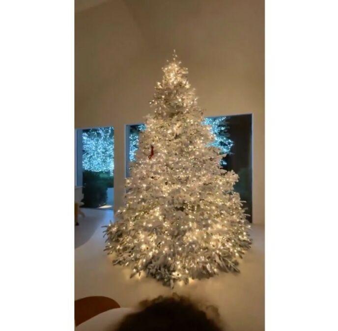 GJENBRUK: «KKW Beauty»-gründeren brukte samme treet som fra året før, og viste fram hvordan det så ut i det nye huset - verdt 60 millioner dollar. Foto: Skjermdump/Instagram Kim Kardashian