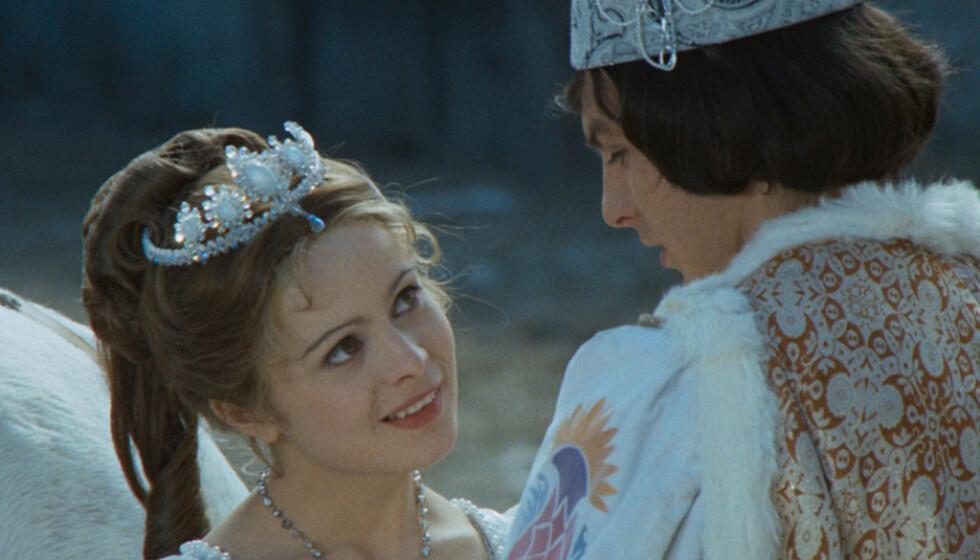 JULEROMANTIKK: «Tre nøtter til Askepott» er et av julens mest populære TV-programmer. Her er Libuse Safránková og Pavel Travnicek i en scene fra filmen fra 1973. Foto: NRK