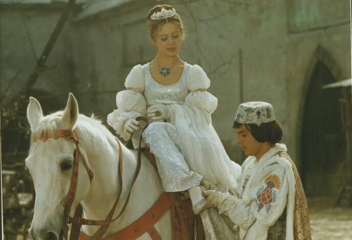- HUN SOM SKOEN PASSER, HUN VIL JEG GIFTE MEG MED: Askepott og prinsen fant tonen også i virkeligheten under innspillingen av «Tre nøtter til Askepott», men romansen ble kortvarig. Foto: NRK