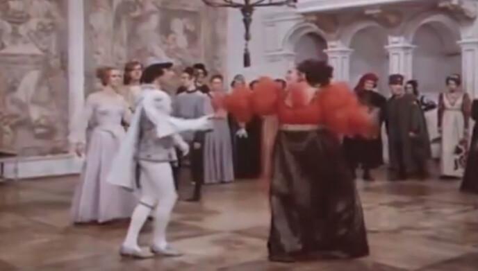 OVERRASKET PRINSEN: Regissøren og skuespiller Helena Růžičková overrasket skuespiller Pavel Travnicek da hun løftet ham under dansescenen i «Tre nøtter til Askepott». Foto: DEFA