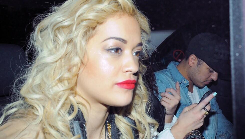 HOLDT EN LAV PROFIL: Her er Rita Ora and Rob Kardashian avbildet sammen i London i mai 2012. Foto: Rotello/ Mcp/ REX/ NTB