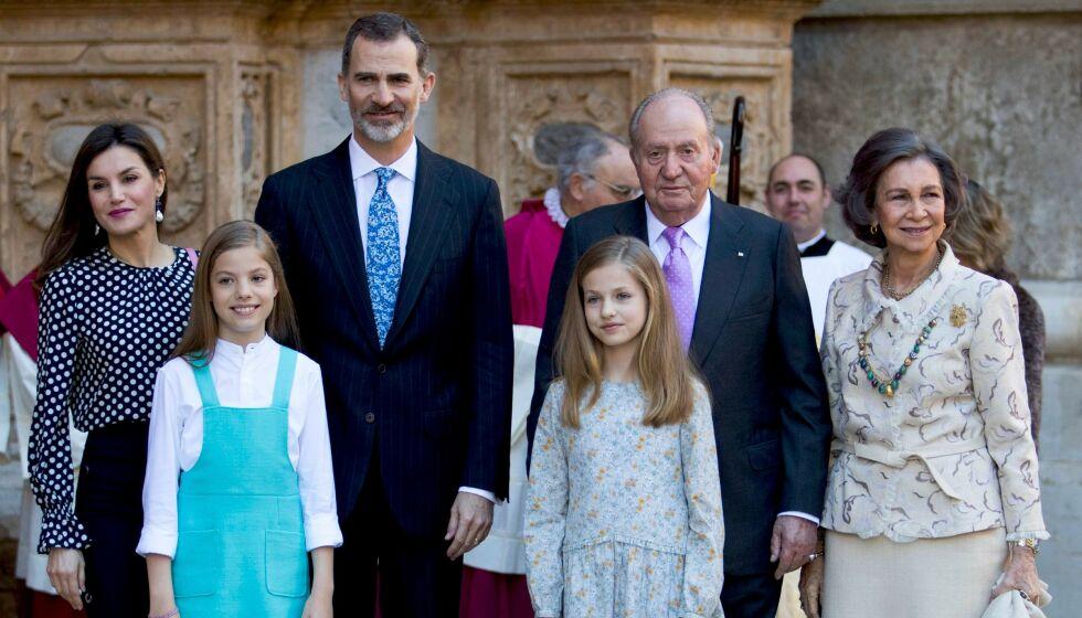 VIL HJEM: Den spanske eks-kongen Juan Carlos (nest ytterst t.h.) forlot Spania for fire måneder siden. Nå ønsker han å returnere for å feire jul. Her med resten av den spanske kongefamilien i 2018. Foto: Jaime Reina/ AFP/ NTB