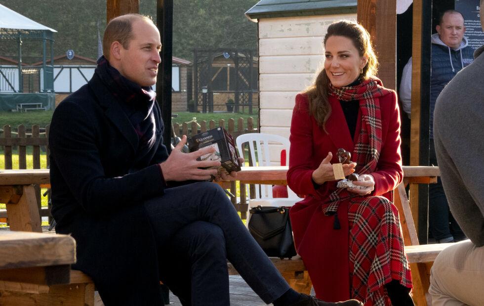 TOGREISE: Hertuginne Kate og prins William har denne uken vært på en tre dager lang togreise rundt i Storbritannia. Det setter ikke alle like stor pris på. Her avbildet i Cardiff, som var siste stopp på reisen. Foto: Jonathan Buckmaster/ Pa Photos/ NTB