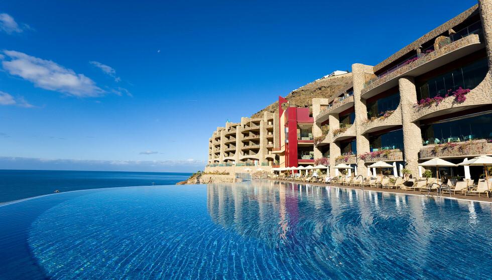 TO VERDENER: Om du legger turen innom Gloria Palace Royal Hotel & Spa får du en fantastisk beliggenhet - og muligheter til å dykke ned i velværehotellets rike tilbud av behandlinger.