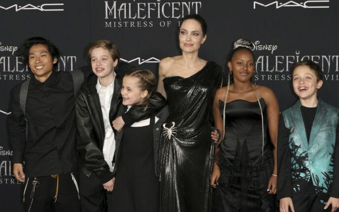SEKSBARNSMOR: Angelina med barna Pax, Shiloh, Vivienne, Zahara og Knox i 2019. Eldstesønnen Maddox var ikke til stede. Foto: Willy Sanjuan / Invision / NTB
