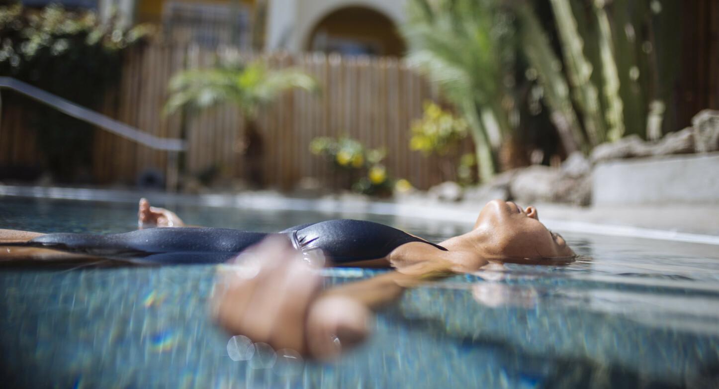 HVILEPULS: På Gran Canaria Wellness' mange velværesentre, kan du senke skuldrene og nyte kanariøyas herlige temperatur. På Hotel Cordial Mogán Playa kan du få en flytende spaopplevelse i bassenget.