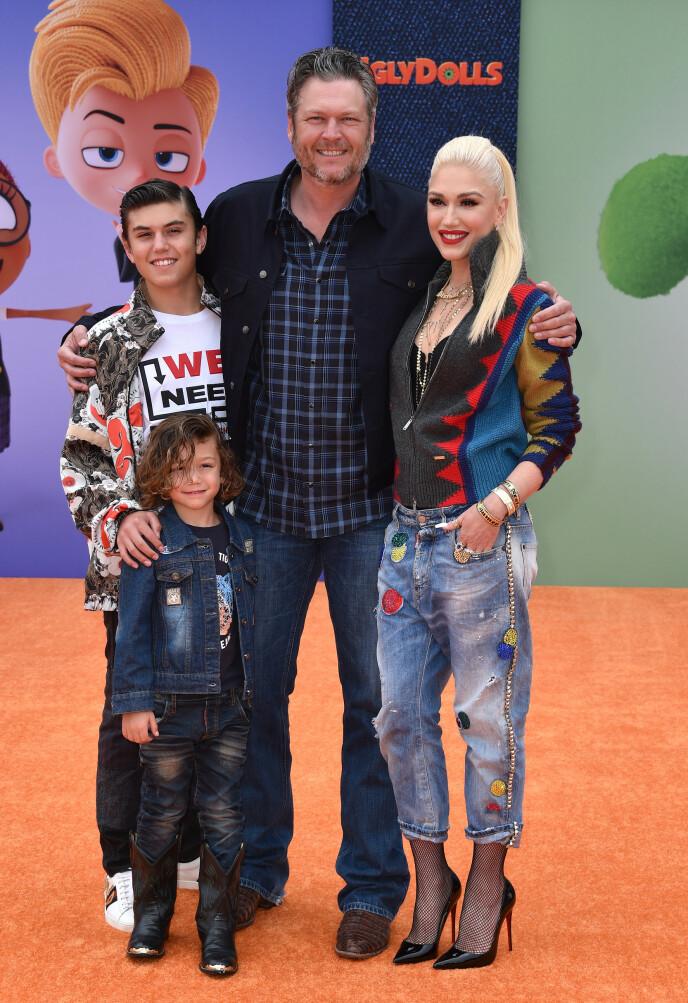 SAMLET: Her er Blake Shelton og Gwen Stefani avbildet med to av sistnevntes barn Kingston og Apollo i fjor. Foto: REX / NTB