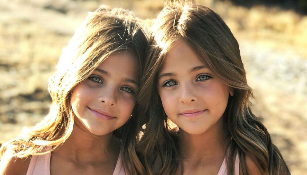 MODELLER: I løpet av knappe tre år har tvillingene Ava og Leah Clements fått nesten to millioner følgere i sosiale medier. Moren får imidlertid hard kritikk gang etter gang. Foto: Privat / Jaqi Clements